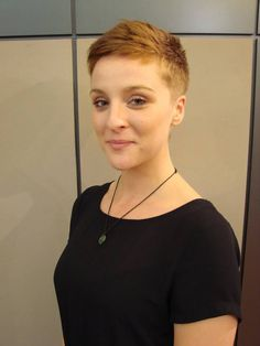 Short hairstyles are definitely great ideas for women who want to look stylish, modern and free. A short hairstyle will emphasize the features of your face like cheekbones and eyes. Super Short Pixie Haircut Short pixie styles are perfect f Very Short Haircuts, Cute Hairstyles For Short Hair, Hairstyles For Round Faces, Trending Hairstyles, Pixie Hairstyles, Short Hair Cuts, Curly Hair Styles, Hairstyles 2018, Superkurzer Pixie