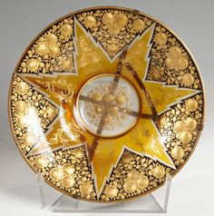 Plato de Bohemia, finales del siglo XixVidrio tallado, esmaltado y dorado.Medidas: 8 x 32,3 cm.