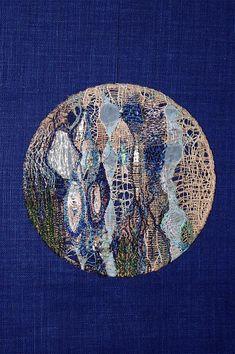 """Mandala brodé """"Iémanja""""- Les eaux profondes de la mer- Panneau mural art textile."""