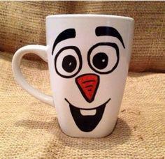 Olaf (van Frozen) mok, eenvoudig en leuk. Met een watervaste stift erop tekenen en afbakken in de oven. ook leuk als cadeau!