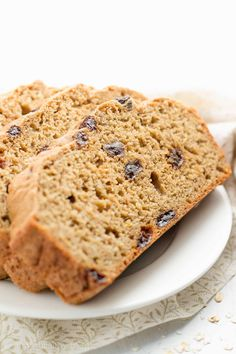 Healthy Oatmeal Raisin Breakfast Quick Bread - only 121 calories! It tastes like oatmeal raisin cookies! SO good & perfect for quick grab-and-go breakfasts or meal-prepping! ♡ healthy clean eating oatmeal bread. greek yogurt healthy oatmeal bread. healthy breakfast quick bread. easy no yeast quick bread. easy make-ahead healthy breakfast. #healthyrecipes #cleaneating #breakfast