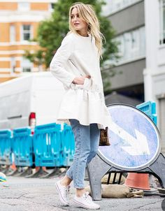 Look vestido branco + calça jeans skinny. Como usar.