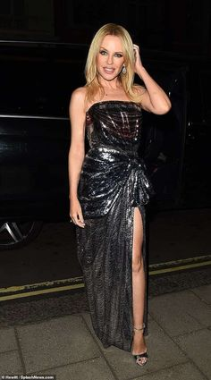 Kylie Minogue channels her inner disco queen in a glittering gown Dazzling: Kylie Minogue, channeled her inner disco queen in a glittering strapless gown after performing at the London Palladium Melbourne, Lovely Dresses, Beautiful Outfits, Beautiful Women, Kylie Minogue Hair, Kylie Minogue Fever, Dannii Minogue, Kylie Minouge, Award Show Dresses