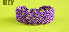 Video Tutorial for macrame laurel leaf braceletDIY Square Knot Friendship Bracelets with Button Clasp. To make these bracelets you only need to know how to make a square knot. These are great bracelets for macramé beginners. Macrame Colar, Macrame Bracelet Tutorial, Macrame Necklace, Macrame Jewelry, Macrame Bracelets, Macrame Knots, Loom Bracelets, Armband Tutorial, Friendship Bracelet Patterns