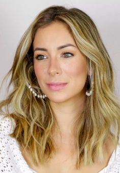 Helena Lunardelli dá dicas e truques para se maquiar para uma festa na praia. Aprenda como fazer sardinhas falsas, um toque fofo que está super em alta e te deixa com cara de menininha
