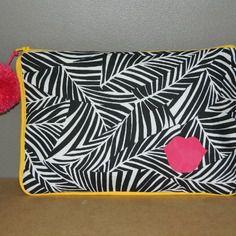 Pochette zippée imprimée feuillage noir et blanc avec passepoil et fermeture jaune et détails roses