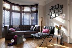 Woonkamer uit de jaren 30 met erker en zwarte jaloeziën - Makeithome.nl Sitting Area, Barcelona Chair, Interior Styling, Mood Boards, Blinds, Heim, New Homes, Sweet Home, Windows