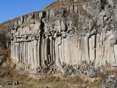 """""""Paradisul geologilor"""". Aşa a fost supranumită rezervaţia de la Racoş, o localitate de lângă Braşov. Acolo au avut loc cele mai recente erupţii vulcanice de la noi din ţară care au lăsat urme de o frumuseţe fabuloasă. Dar pe lângă spectacolul naturii, Racoşul are şi o istorie interesantă cu grofi celebri, a căror locuinţă ascunde şi astăzi multe poveşti."""