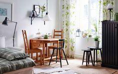 Ein Helles Wohnzimmer Mit Essbereich Mit Antik Gebeiztem INGATORP  Klapptisch, Antik Gebeizten KAUSTBY Stühlen Und