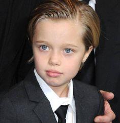 """Zurückgegelte Haare, Anzug, Krawatte: Shiloh Jolie-Pittkleidet sich wie ein Junge und möchte lieber """"John"""" genannt werden."""