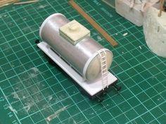 Carro cisterna a 2 assi auto costruito con lamiera alluminio e plastica Evergreen in scala 1:87.