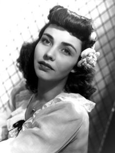 Love actress Jennifer Jones' terrific 1940s 'do here!