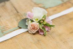 Les bracelets de fleurs naturelles amènent une note d'originalité à la tenue de la mariée, des demoiselles d'honneur et des témoins.