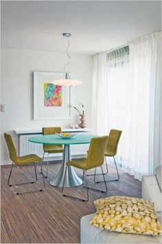 moderne eetplaats met glazen tafel met inox onderstel