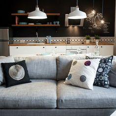 Cuando no se quiere hacer obra toca lidiar con cables y enchufes pero siempre hay soluciones. Esta que os cuento hoy personalmente me encanta (y a mi marido más porque no hay que hacer regatas ). A ver qué os parece. Buenos días a todos! Link en bio  ______________________________ #hogar #UnaPizcadeHogar #ideas #decoracion #interiores #trucos #home #homedecor #inspohome