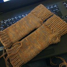 Et de deux ! Au suivant ... #mitaines #fingerlessgloves #tricot #knitting #campoutfingerlessmitts #ravelry by diabolote