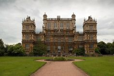 Wollaton Hall – in Woolaton, Nottingham. The house, which is now a natural history museum with other museums in the out-buildings, was built between 1580 and in a mixture of French, Dutch and Italian influences. Downton Abbey Castle, The Real Downton Abbey, Estilo Tudor, Wayne Manor, The Dark Knight Rises, Beautiful Buildings, Beautiful Castles, Historic Homes, Around The Worlds