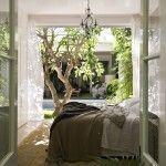 【四季を楽しむ】低木の落葉樹の植わった中庭に面するベッドルームとリビング