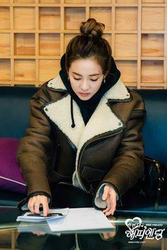 "â™"" The Official Goddess Sandara Park Thread â™"" Chaelin Lee, 2ne1 Dara, Lee Chaerin, Sandara Park, Park Photos, Timeless Beauty, Bigbang, Turtle Neck, Leather Jacket"