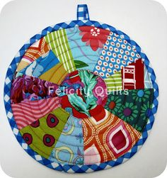 Round quilted potholder tutorial by http://felicityquilts.blogspot.com/ at http://fairyfacedesigns.blogspot.ca/2012/04/sew-get-started-scrappy-potholder.html