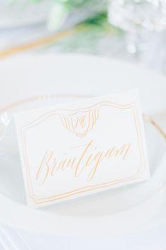 Hochzeitsinspiration in Blau und Gold | Friedatheres.com  place cards wedding  Papeterie: Nicnillas Ink Foto: Anja Schneemann