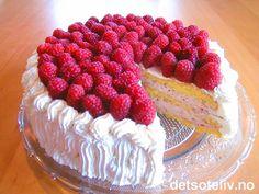 """Her har du en kjempedeilig """"Bringebærbløtkake"""" som består av et luftig sukkerbrød som er fylt med nydelig bringebærkrem og pyntet med masse pisket krem og friske bringebær! Se også """"Marsipankake med bringebær"""". Norwegian Food, Cake Recipes, Raspberry, Cheesecake, Baking, Desserts, Birthday, Pies, Dump Cake Recipes"""
