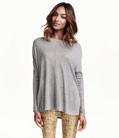 Fine-knit, oversized sweater with long sleeves, dropped shoulders and wide neckline. Wide rib-knitting at cuffs, slits at sides, and slightly longer back section. | Warm in H&M