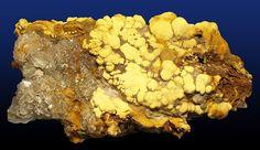 Jarosyt (siarczan żelaza i potasu) strefy utleniania wystąpień hydrotermalnych; gips, skorodyt