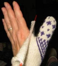 uitleg wanten breien met ingezette duim Knitting Charts, Loom Knitting, Knitting Socks, Knitting Stitches, Knitting Patterns, Mittens Pattern, Knit Mittens, Mitten Gloves, Knit Stranded