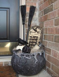 Halloween porch decorating is as popular as ever. It is easy to do with so many outdoor Halloween decorations available. Better yet, some of the best decorations can be hand made and used year after year. Whether you want spooky Halloween decorations … Halloween Porch Decorations, Theme Halloween, Halloween Boo, Halloween Projects, Holidays Halloween, Outdoor Decorations, Halloween 2018, Vintage Halloween, Happy Halloween