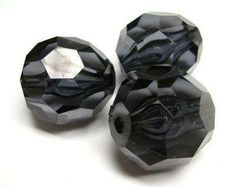 Black faceted 28 x 28mm beads. These beads are perfect for creating larger brightly coloured necklaces #beads #acrylicbeads