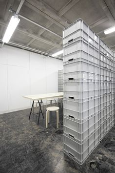 nLDK sets up an office under the shinkansen line using plastic containers