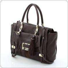 Ein Prachtstück von einer Handtasche, eine wahrhaft stattliche Erscheinung ist diese Tasche aus der Kollektion Westbrook von Guess. Edle Lederoptik mit vielen Verzierungen und Details.