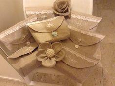 Pochettes in lino ecrù, con fodera bianca e fliselina.  Modello Plume de lin.