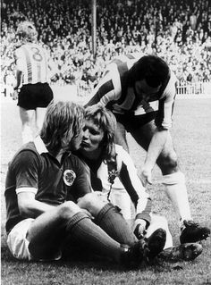 Currie recounts 'that kiss' with Alan Birchenall that ended up in magazines across the world Retro Football, Vintage Football, Football Team, Bramall Lane, Sheffield United, Football Pictures, Leicester, Red And White, The Unit