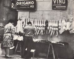 """Aunt Rose, The Muffin Man. Bra seller, from """"La Città Parla – Napoli"""" Casa Editrice A.and where is the fitting room? Italia Vintage, Vintage Italy, Old Pictures, Old Photos, Vintage Photographs, Vintage Photos, Verona, Amalfi, Pisa"""