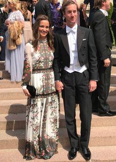 Como se visten las famosas de boda. Black and white floral print maxi dress+black clutch. Summer Evening Wedding Guest Outfit 2017