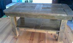 Table basse réalisé en bois recyclé. Dimension: Longueur 85cm, largueur 50cm, hauteur 45cm, teinté chène rustique.