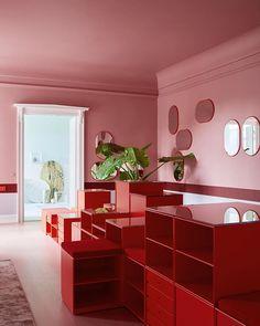 Dusty pink and fiery red. This is our Copenhagen showroom. Do visit us from 10.00-16.00 every mon-fri! #montanafurniture #danishdesign #showroom #red #pink #interiordesign #wohninspiration #wohnideen #designdanois #mirror #homedecor #copenhagen