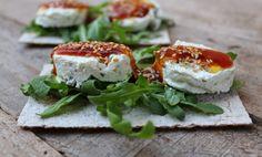Torradeta de formatge amb olives i melmelada de tomàquet
