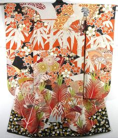 This is a vintage Furisode with bold design of 'shou-chiku-bai'( pine tree, bamboo and ume blossom), pine cone, large fans and 'matsukawa-hishi'(pine bark diamond) , which is dyed dynamically.  Cranes and 'kiku'(chrysanthemum) are designed on each fan.