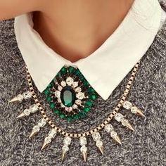 Lo último en moda es usar tu collar favorito bajo el cuello de tu camisa , blusa o sweter !