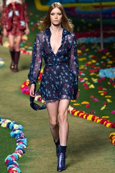 See the Tommy Hilfiger Spring 2015 collection on Vogue.com.