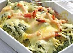 Ingredience: brokolice 1 kus (větší), šunka 200 gramů, sýr Eidam 200 gramů, vejce 1 kus, smetana na vaření 500 mililitrů, máslo 1 lžíce (na vymazání), česnek 1 stroužek (nemusí být), pepř mletý, sůl.