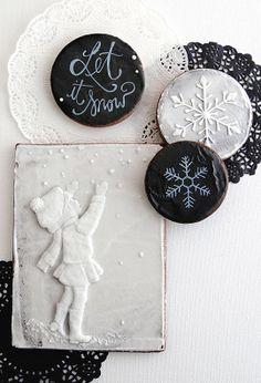 Black and white cookies Galletas Cookies, Xmas Cookies, Iced Cookies, Christmas Cupcakes, Cupcake Cookies, Sugar Cookies, Christmas Biscuits, Christmas Baking, Christmas Goodies