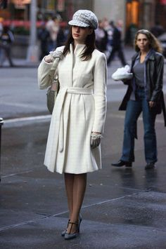 Anne Hathaway - casaco-branco-boina-scarpin - casaco - meia estação - street style | O casaco branco mais comprido também é ótimo para deixar o look com cara de vestido. Além de chic, ele clareia a produção e as ruas.