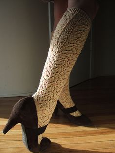 This kneeheight socks are knit toe-up and feature a little lace hearts pattern which extends down the leg. The calf is shaped like traditional Austrian stockings featuring little horseshoe elements (called Hufeisen in Austria). Crochet Socks, Crochet Shirt, Knit Crochet, Knit Socks, Lace Knitting, Knitting Socks, Knitting Patterns, Malabrigo Sock, Angora