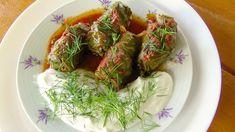 Reteta de Sarmale in foi de vita - 1 kg carne tocată - 150 g orez - 2 cepe mari - 2 legături de ceapă verde - 1 legătură mărar - cimbru - 2-3 linguri ulei - 40 foi de viţă crude - sare, alte condimente - 700 ml suc de roşii Seaweed Salad, Make It Yourself, Cooking, Ethnic Recipes, Food, Green, Kitchen, Essen, Meals