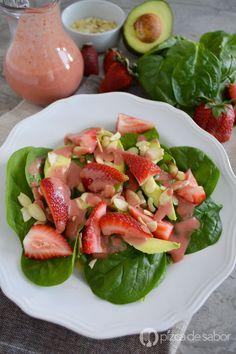 Deliciosa ensalada de espinaca con fresas, aguacate y almendras. Con un aderezo de fresa casero listo en 3 minutos y fácil de preparar. Te va a encantar