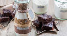 Diese selbstgemachte Backmischung im Glas für saftige Brownies ist einfach und schnell vorbereitet. Ein tolles Geschenk für alle, die Schokolade lieben!